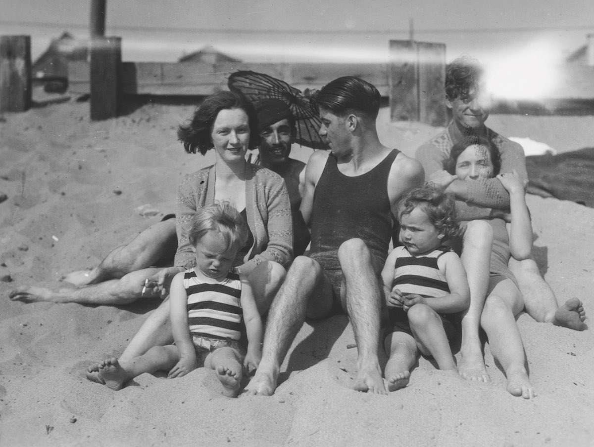 Marilyn Monroe On The Beach With Her Mother In 1929 - Flashbak