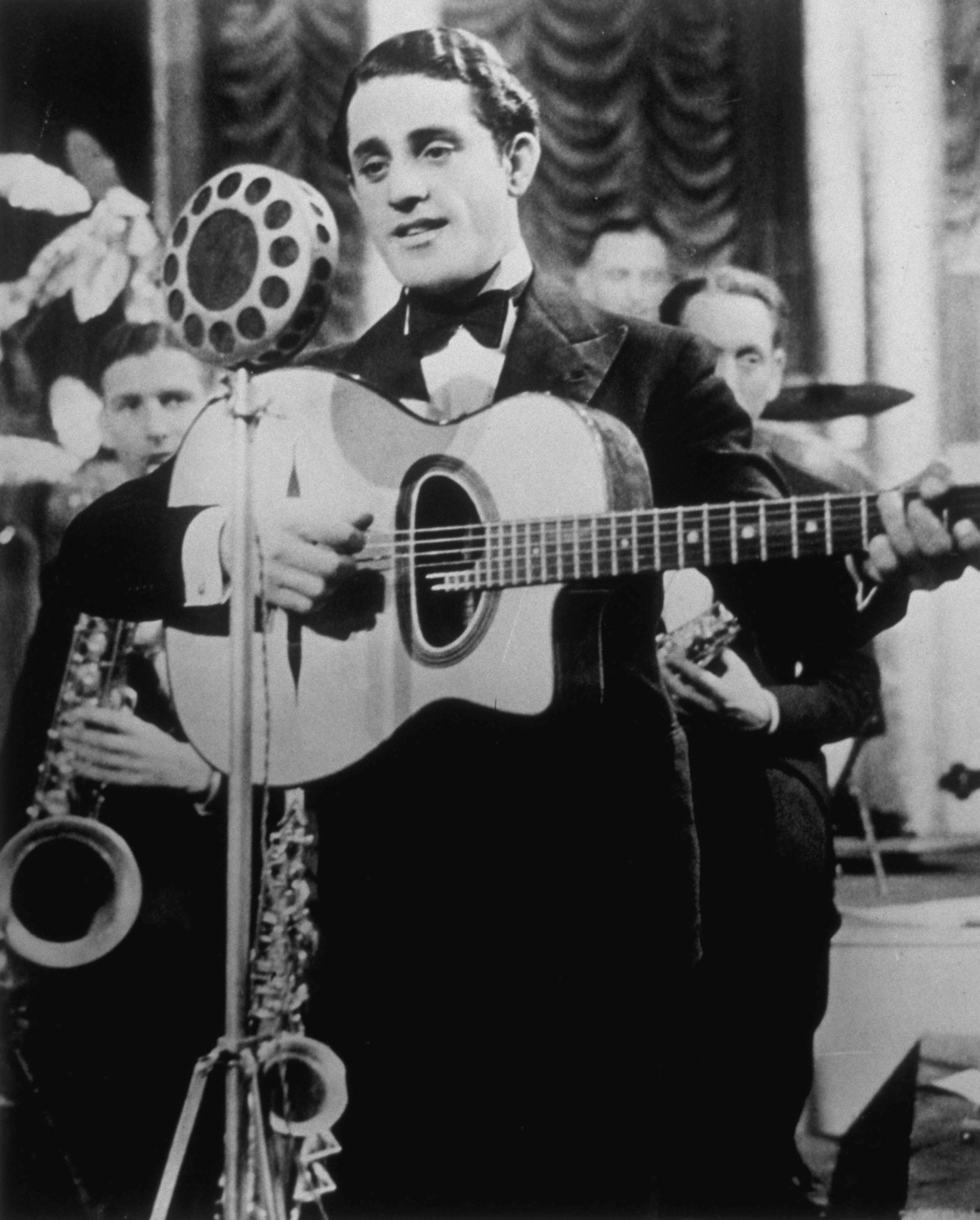 Al Bowlly in 1935 (Photo by Hulton Archive/Getty Images)