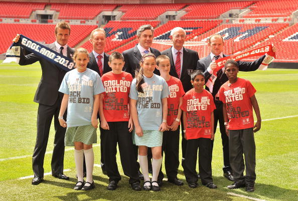 LONDON, ENGLAND - MAY 18:  David Beckham, Andy Anson, Prime Minister Gordon Brown, Lord Triesman and Wayne Rooney pose for the camera's with local kids to show support for England's 2018 bid during the England 2018 - 2022 World Cup Bid at Wembley Stadium on May 18, 2009 in London, England.  (Photo by Christopher Lee/Getty Images)