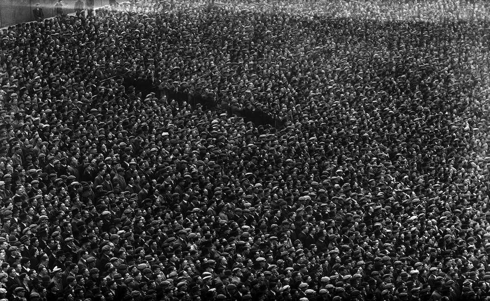 2nd April 1938:  Huge crowds turn out for the Arsenal game against Charlton at Highbury, London.  (Photo by David Savill/Topical Press Agency/Getty Images)
