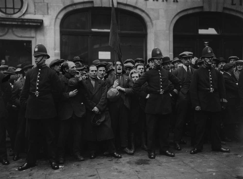 1925:  British communists at Bow Street, London, singing the `Red Flag'.  (Photo by Topical Press Agency/Getty Images)