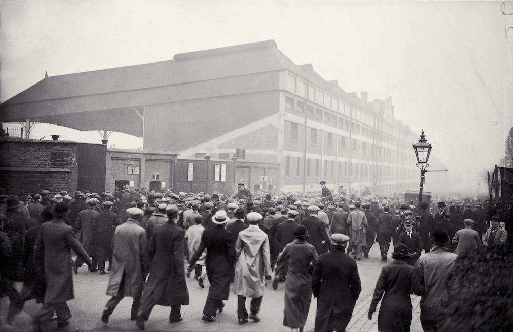 Fans arriving at Arsenal's Highbury stadium to see their team play Aston Villa in the league, 17th November 1934. (Photo by J. A. Hampton/Topical Press Agency/Getty Images)
