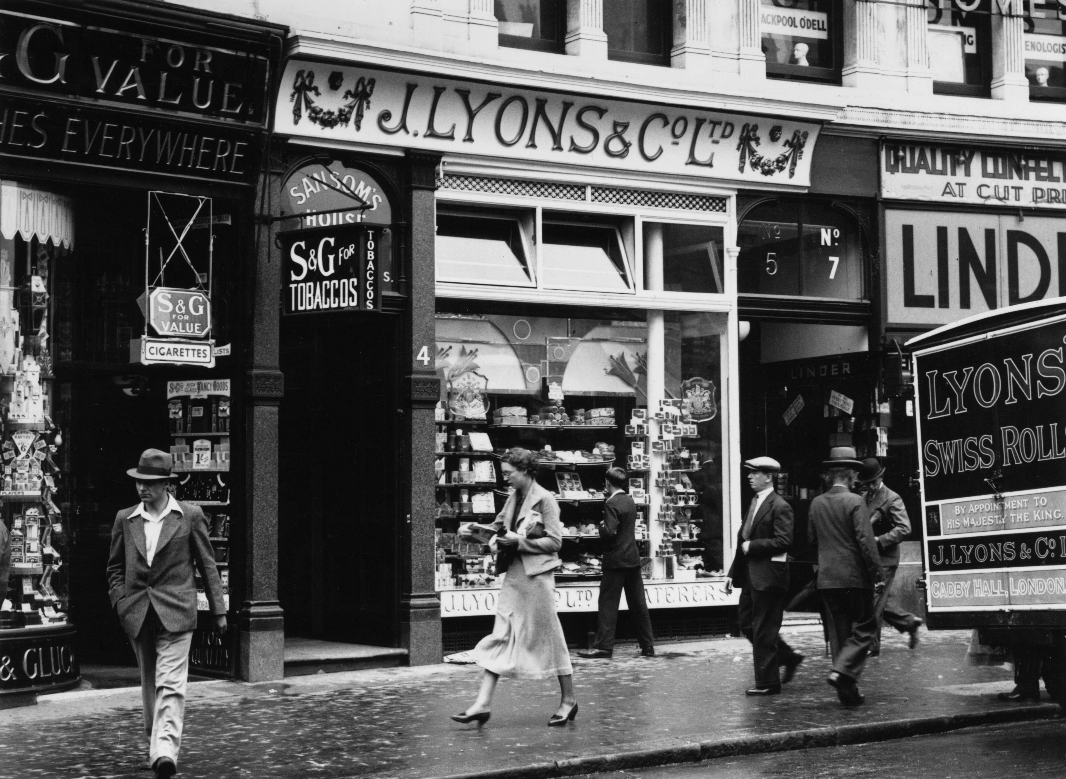 circa 1930:  A J Lyon's & Company cafe in England.  (Photo by General Photographic Agency/Getty Images)
