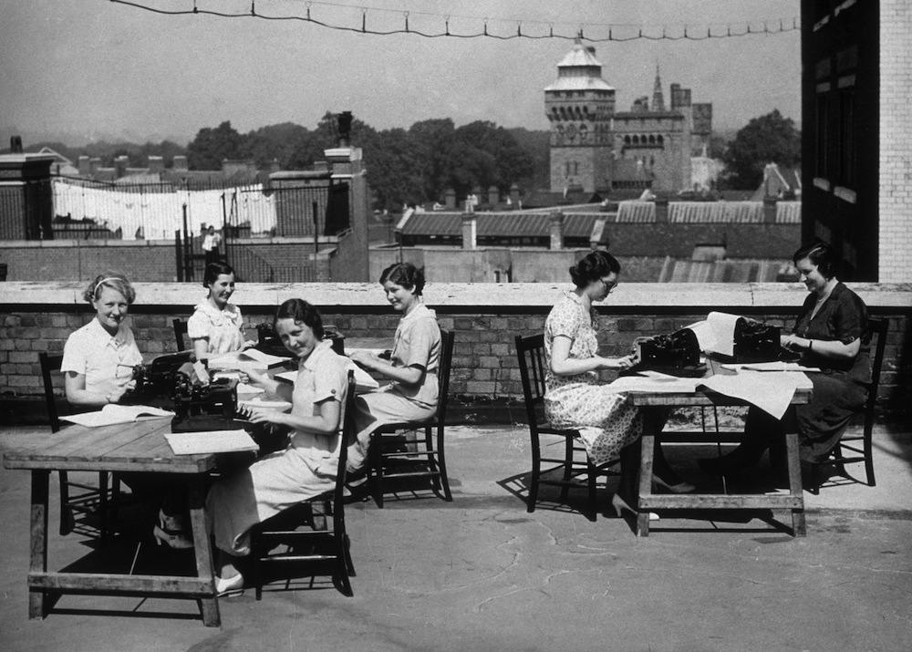circa 1935:  Typists working on a Cardiff roof-top during a heatwave.  (Photo by Fox Photos/Getty Images)