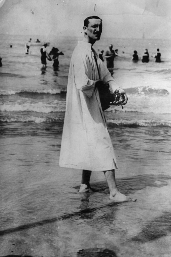 1904:  A German beach photographer plies his trade on Brighton beach.  (Photo by Hulton Archive/Getty Images)