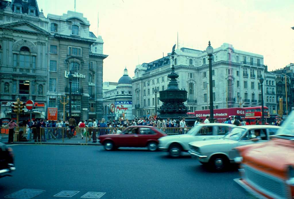 Picadilly Circus 3 1976 KH
