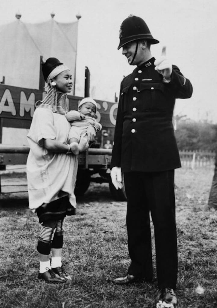 UNITED KINGDOM - JANUARY 01:  Circus Woman The Giraffe With Her Baby Asking A Policeman The Way In England  (Photo by Keystone-France/Gamma-Keystone via Getty Images)