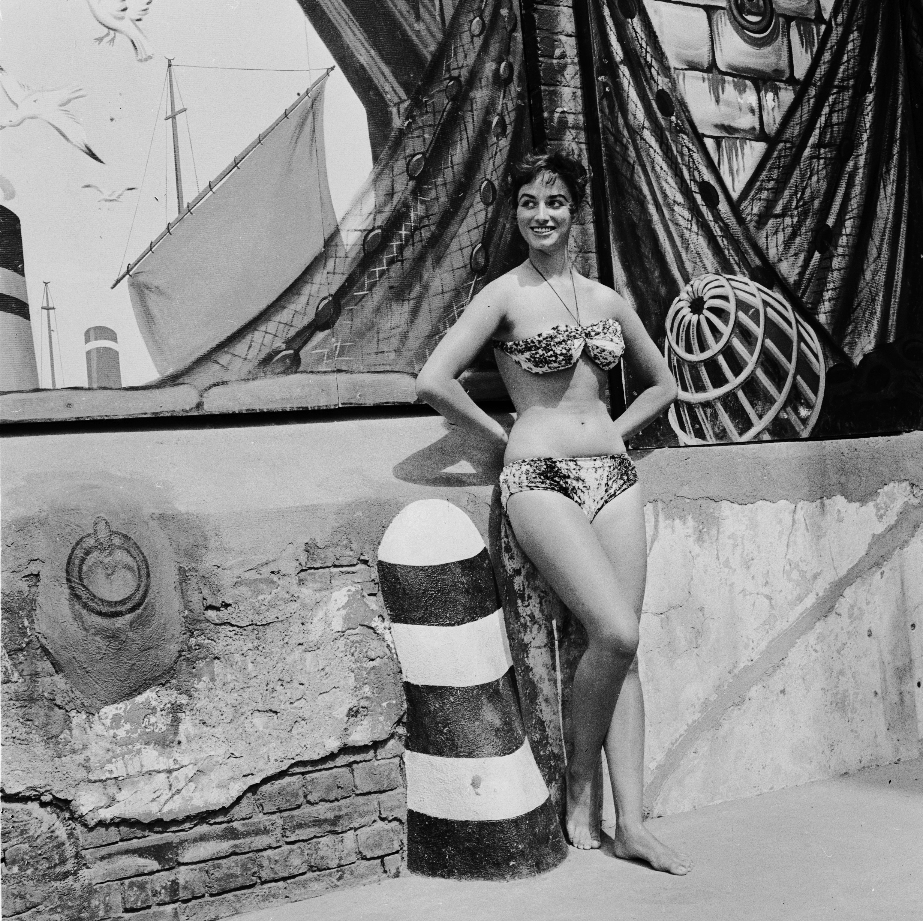 12th August 1955:  17-year-old starlet Jackie Collins, the younger sister of Joan Collins, cools off at the Oasis swimming pool in London's Holborn. She later made a name for herself as a novelist.  (Photo by John Pratt/Keystone Features/Getty Images)