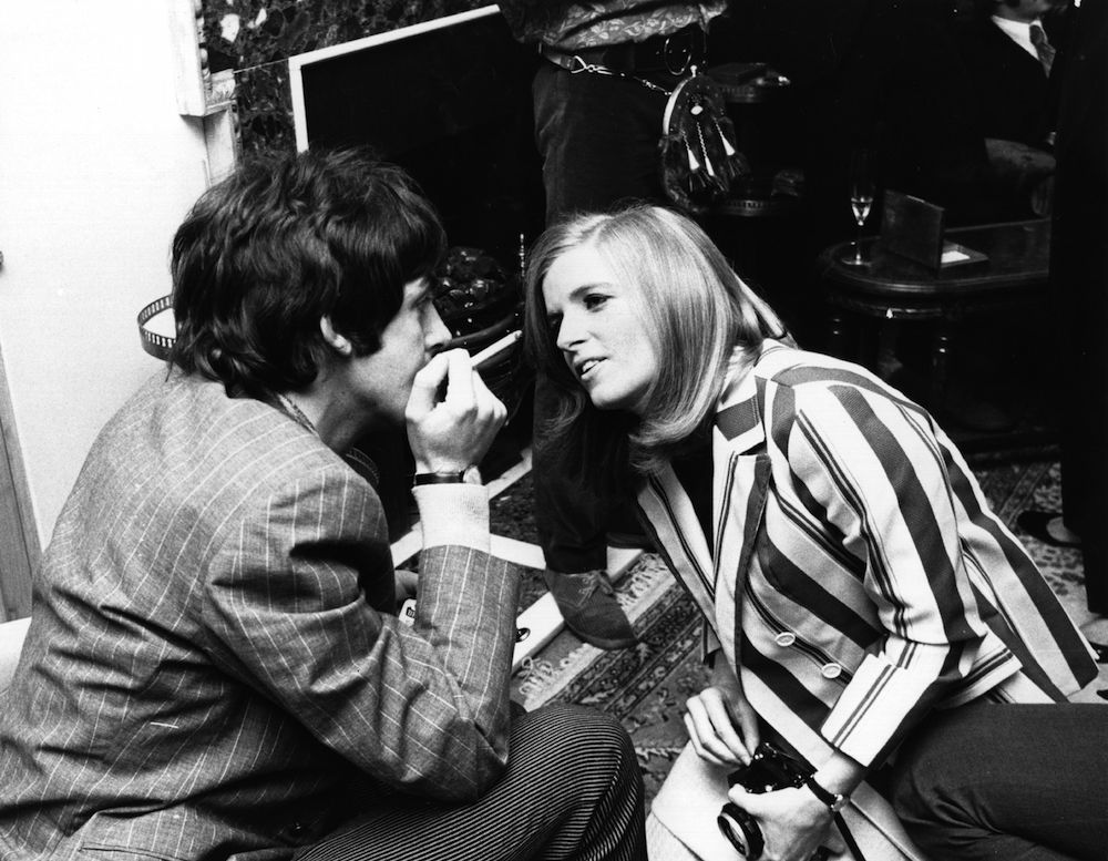 Photographer Linda Eastman (1941 - 1998) talks to Beatle Paul McCartney  at the press launch of the Beatles new album 'Sergeant Pepper's Lonely Hearts Club Band'. The couple married two years later.   (Photo by John Pratt/Getty Images)