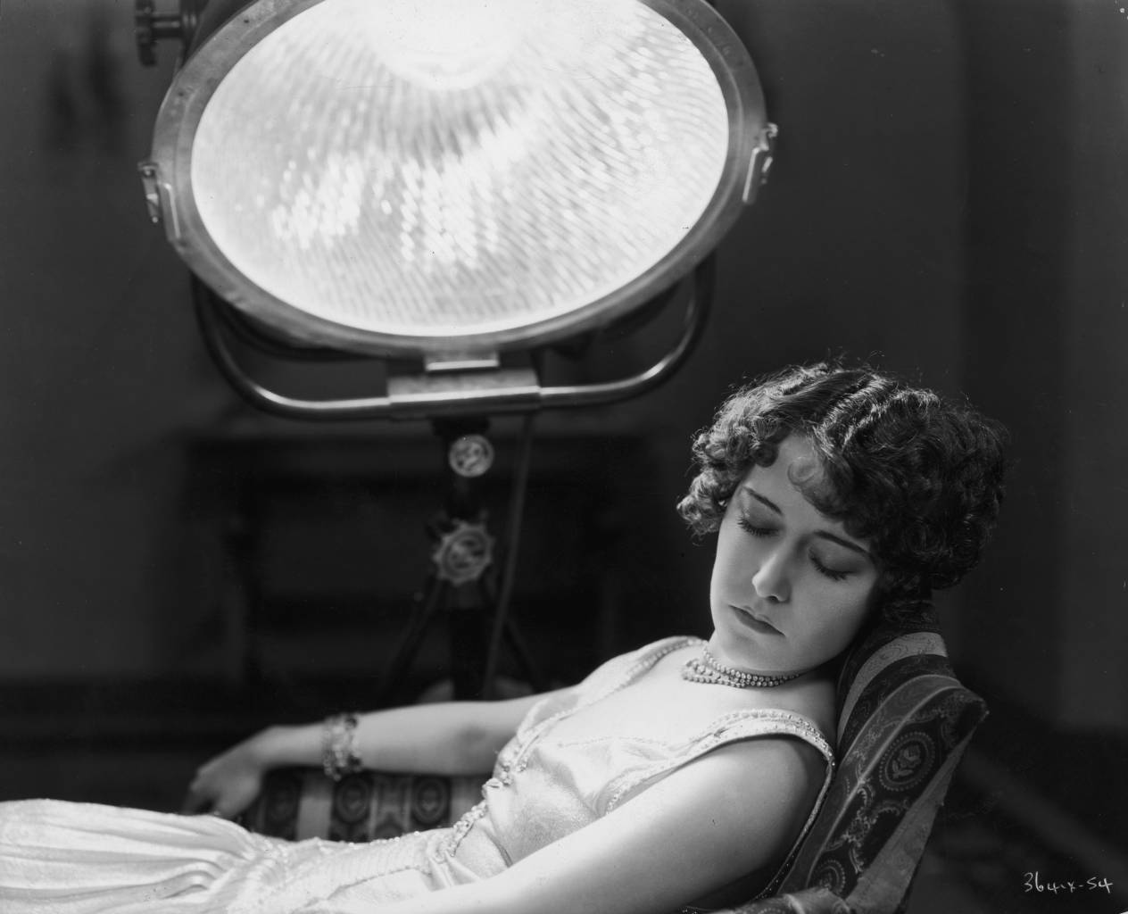 circa 1930:  Hollywood film star, Dorothy Sebastian (1903 - 1957) undergoing treatment for bronchial congestion with a sun-ray lamp at MGM studios.  (Photo by General Photographic Agency/Getty Images)