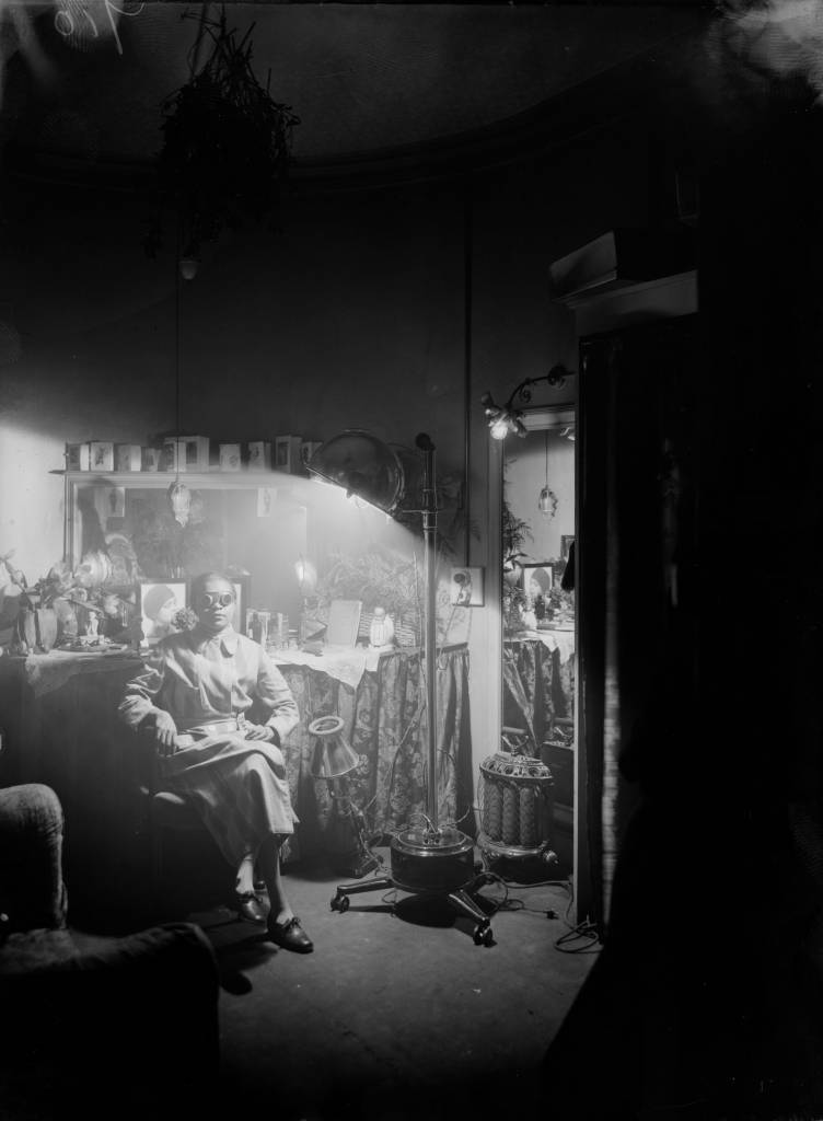 circa 1925:  American comedienne Florence Mills basks in the glow of a sun lamp in her dressing room.  (Photo by General Photographic Agency/Getty Images)