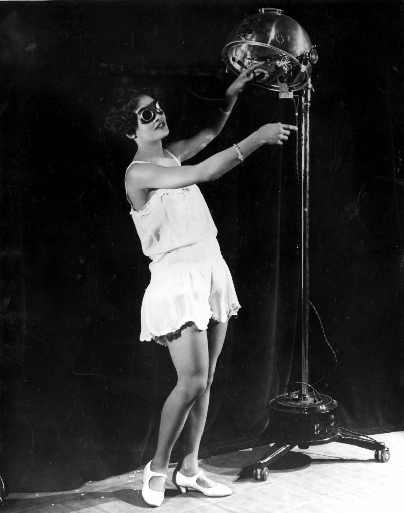 circa 1929:  23 year old Alma Smith, the 'cleverest soubrette' of the cast of 'Blackbirds' at the London Pavilion, receiving her daily dose of ultra violet rays from a sun machine.  (Photo by General Photographic Agency/Getty Images)