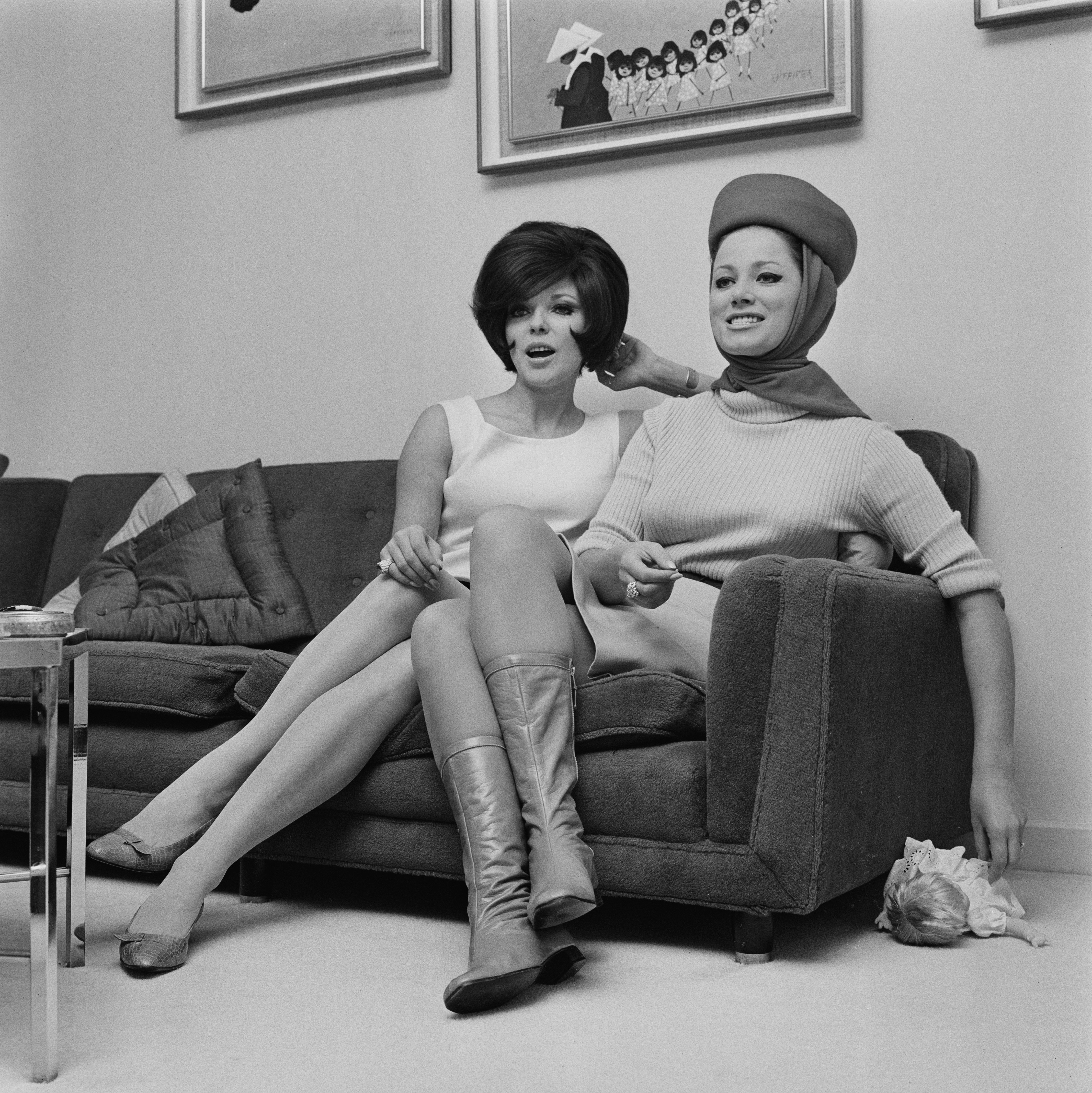 English actress Joan Collins (left) and her sister, English novelist Jackie Collins, 8th January 1966. (Photo by Reg Burkett/Express/Hulton Archive/Getty Images)