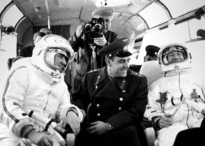 Pavel Belyayev (l) Alexey Leonov (r) travel to Voskhod 2 launch (Ria Novosti:Science Photo Library)