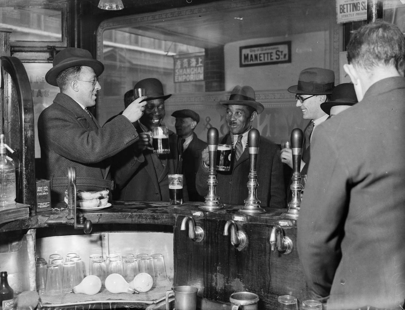 24th November 1933:  Interior of a public house in London's Soho.  (Photo by Fox Photos/Getty Images)