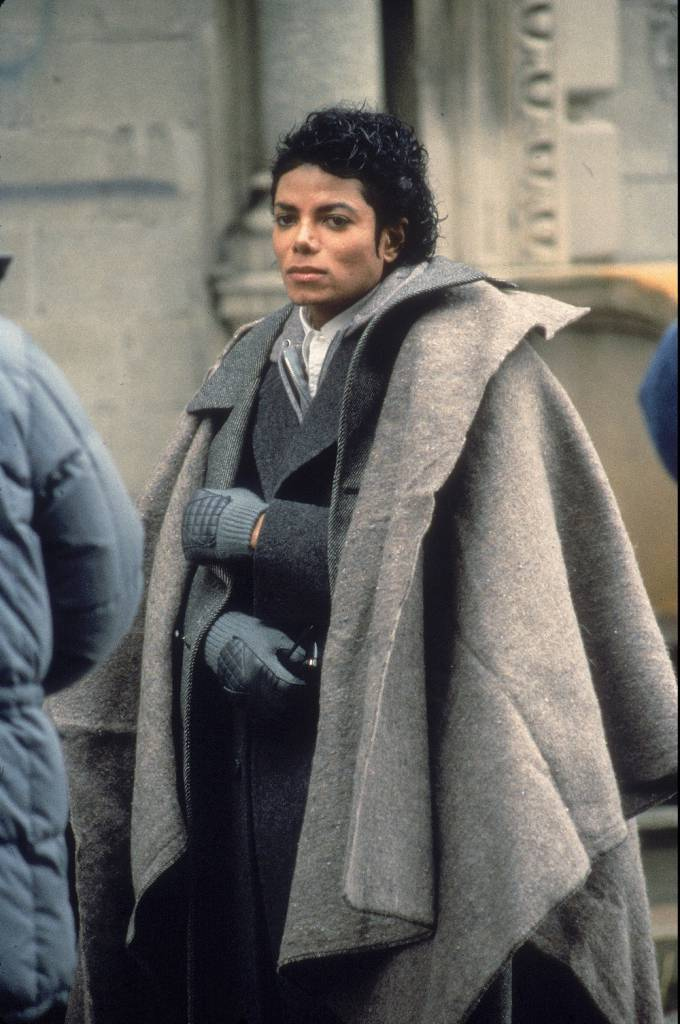 Popular American musician Michael Jackson (1958 - 2009) stands with a blanket over his shoulders during a break in the filming of the long-form music video for his song 'Bad,' directed by Martin Scorsese, New York, New York, November 1986. (Photo by Vinnie Zuffante/Hulton Archive/Getty Images)