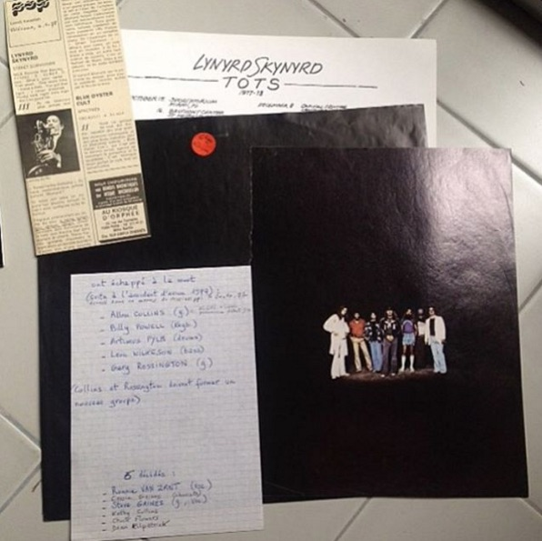 @hardymaguelone found a copy of Lynyrd Skynyrd's 'Street Survivors' and inside was a photo of the band from a magazine, an article about the plane crash that took three members, and a handwritten list of the survivors and those lost in the aforementioned plane crash.