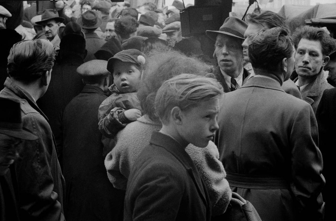 1955, London, East End, Brick Lane dog market (a)