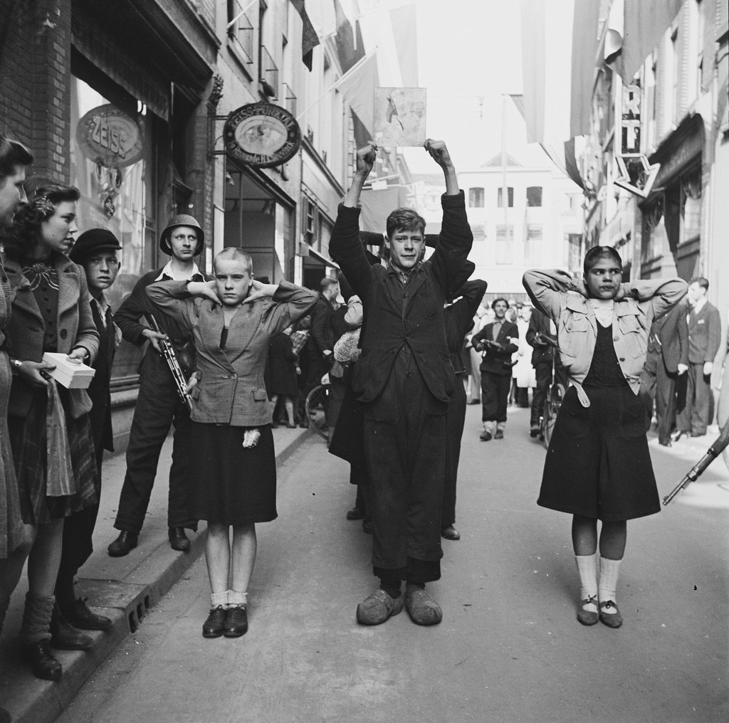 "Shoot from Deventer ( no front - Netherlands ) NSB and shaved "" sleeves girls "" to be raised by members of the BS ( Forces of the Interior ) . Date: 1945-04-11"