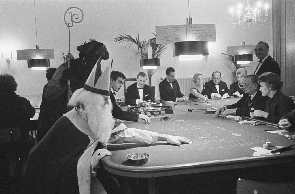 Description : St. visited Badhotel at Zandvoort , the Saint at the table Date: November 30, 1964