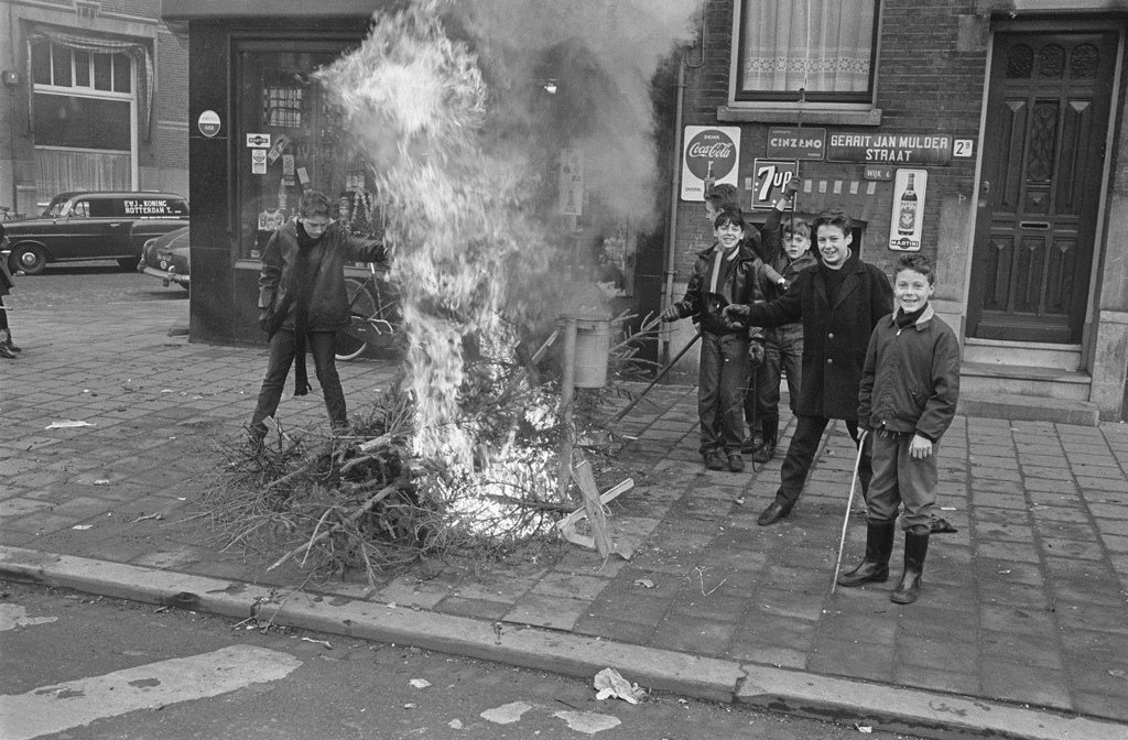 Description : Christmas tree Brandjes by the youth in Rotterdam Date: January 2, 1964