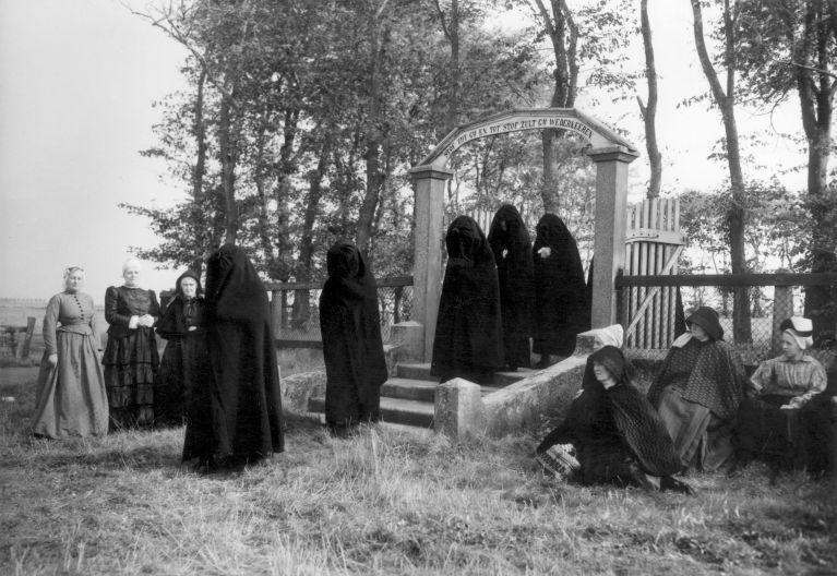 Farmer's funeral. Mourning women in farmer's clothes. The Netherlands, Stroe, 1949.