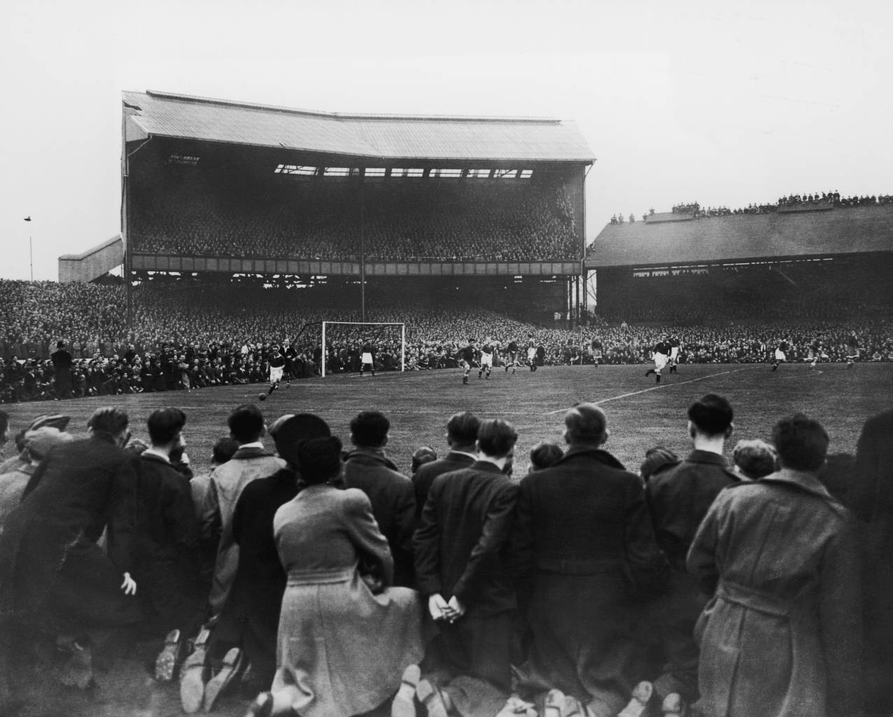 A crowd of around 82,000 watching Chelsea play Moscow Dynamo at Stamford Bridge in the first game of the Russians' tour of Britain. (Photo by Central Press/Getty Images)
