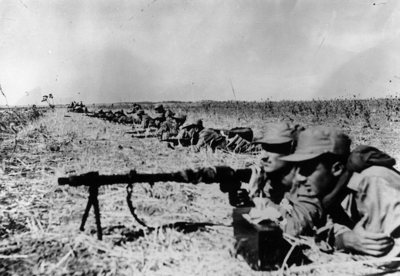 23rd October 1948: Israeli infantry man their machine guns and rifles before attacking the Egyptian Army and making a breakthrough on the Negev. (Photo by Keystone/Getty Images)