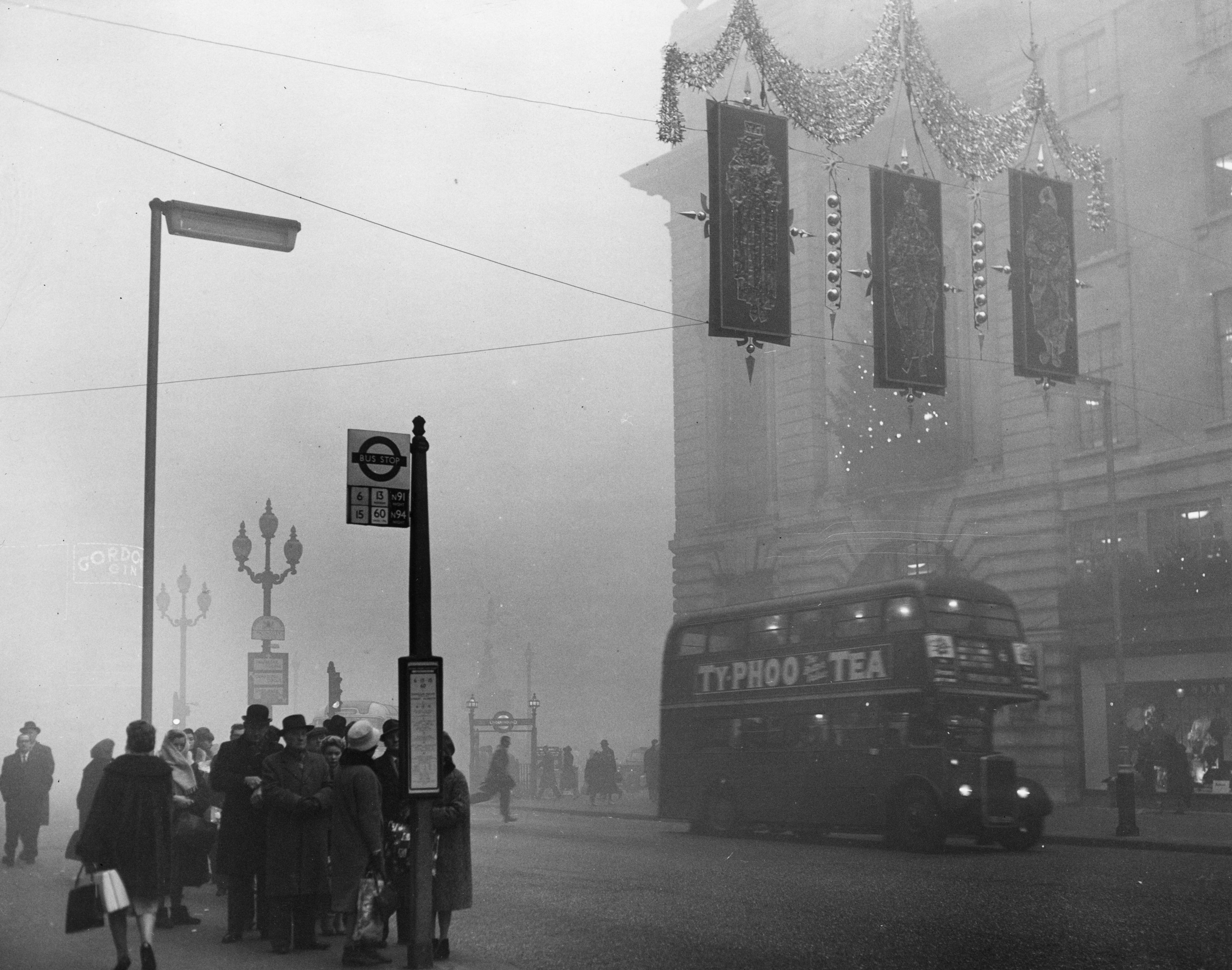 5th December 1962: A heavy fog descends on Christmas shoppers in London's Regent Street. (Photo by Peter King/Fox Photos/Getty Images)