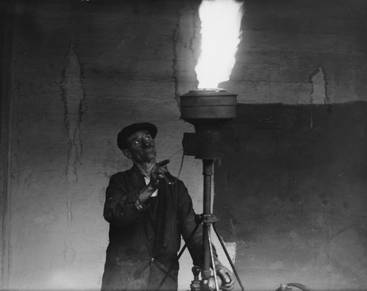 3rd October 1936: A workman at the Council depot for the City of Westminster on Gatliff Road tests one of London's new fog lamps in preparation for the foggy days ahead. (Photo by Harry Todd/Fox Photos/Getty Images)