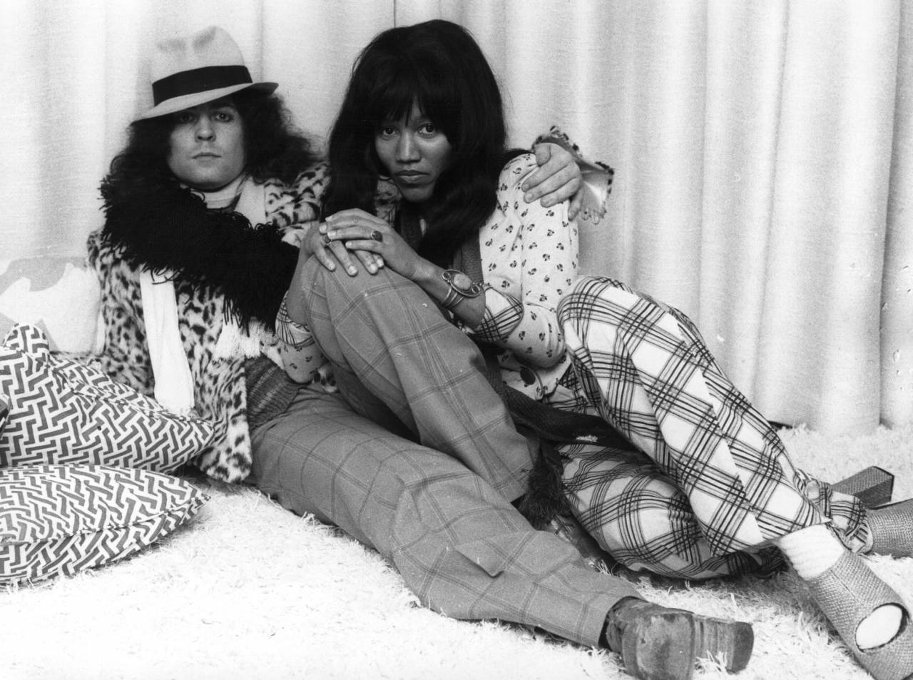 circa 1974: British singer, songwriter and guitarist Marc Bolan (1947 - 1977), of the pop group T Rex, reclines with his girlfriend, singer Gloria Jones. (Photo by Keystone/Getty Images)