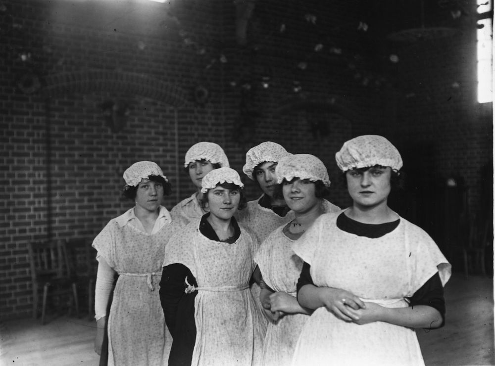 February 1922: Super servants in the making at Edmondton. (Photo by Topical Press Agency/Getty Images)