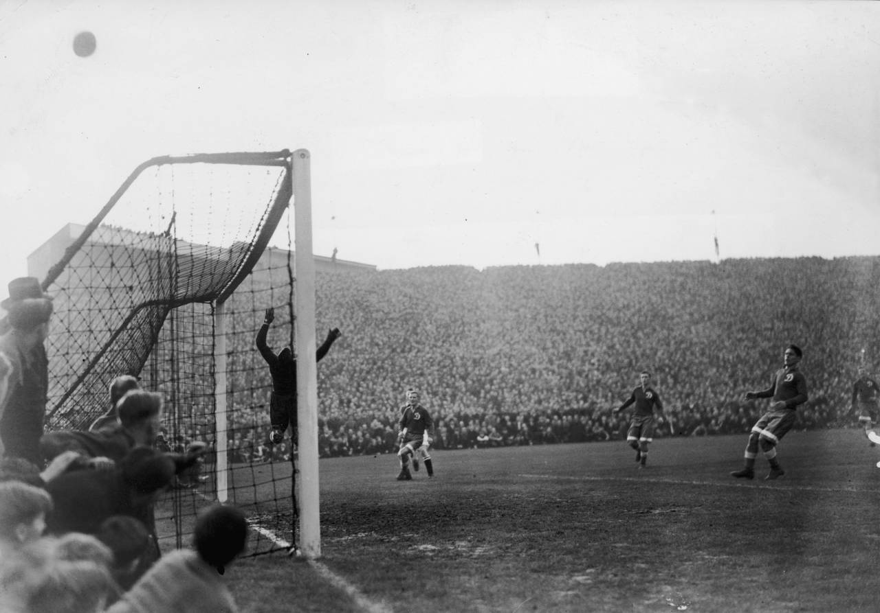 Russian goalkeeper Alexei 'Tiger' Khomich makes a spectacular save during Chelsea vs Moscow Dynamo at Stamford Bridge, 13th November 1945. Dynamo, the first Soviet team to tour Britain, drew with Chelsea 3-3. (Photo by Hulton Archive/Getty Images)