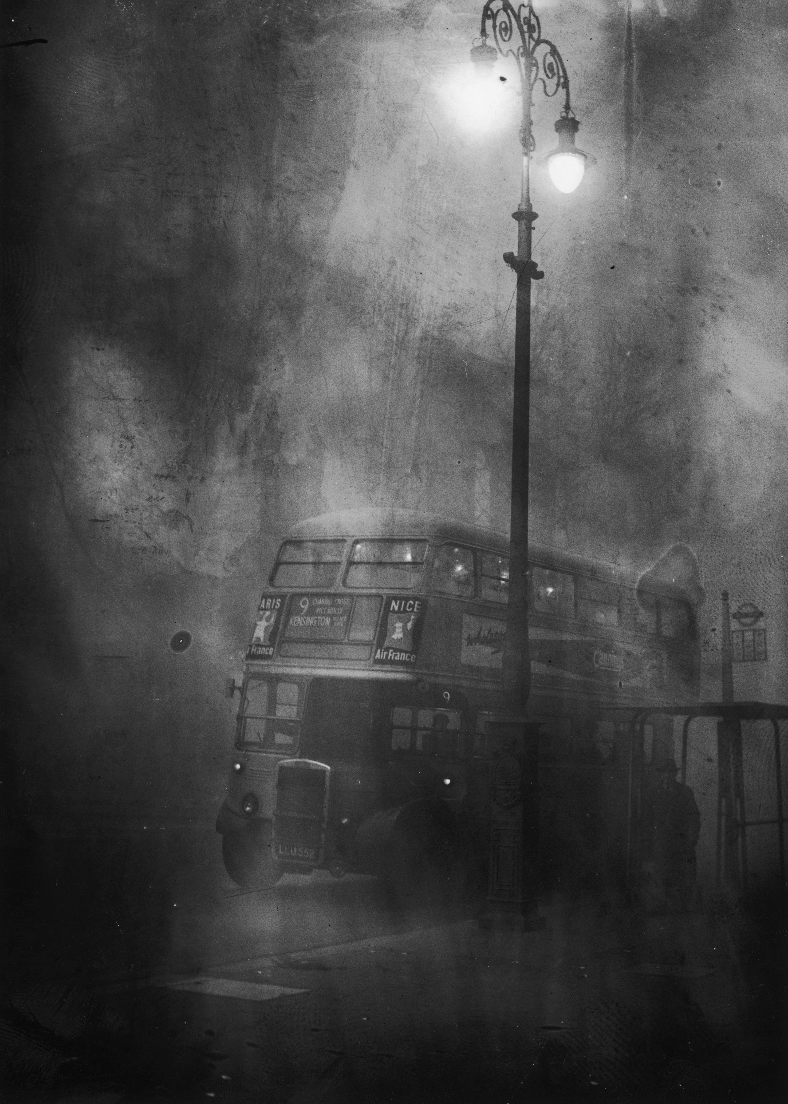 A London bus makes its way along Fleet Street in heavy smog, 6th December 1952. (Photo by Edward Miller/Keystone/Hulton Archive/Getty Images)