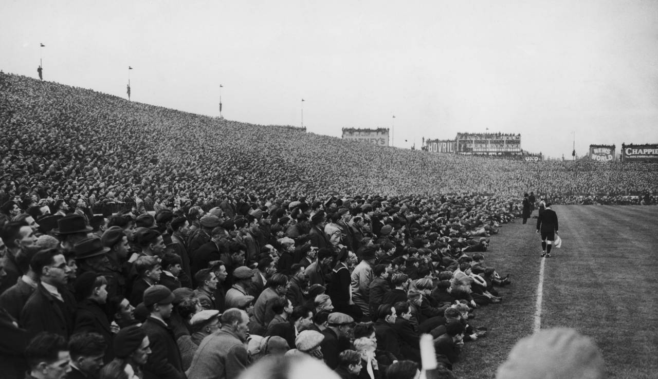 The crowd at the match between Chelsea and Moscow Spartak at Stamford Bridge, London, 13th November 1945. (Photo by Central Press/Hulton Archive/Getty Images)