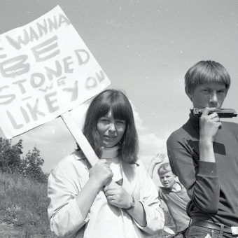 """Dope Down the Troll"" – Photos of The Rolling Stones and Fans In Oslo (1965)"