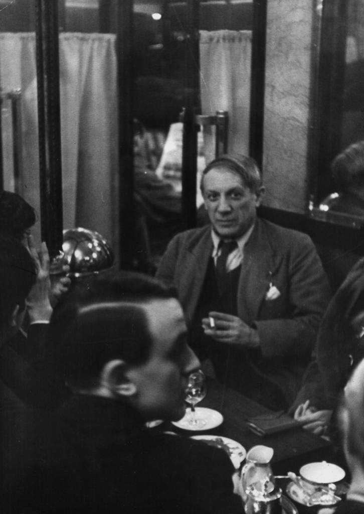 circa 1950: Spanish artist Pablo Picasso (1881 - 1973) drinking in a cafe in Paris. (Photo by Hulton Archive/Getty Images)