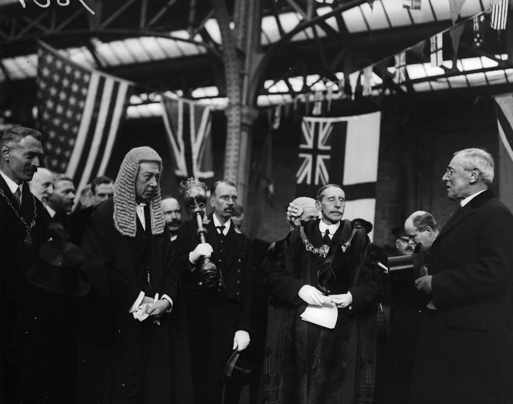26th December 1918: Sir Archibald Bodheim reading the address of welcome to President Thomas Woodrow Wilson (1856 - 1924) 28th President of the USA on his arrival at Dover just after the end of WW I. (Photo by Topical Press Agency/Getty Images)