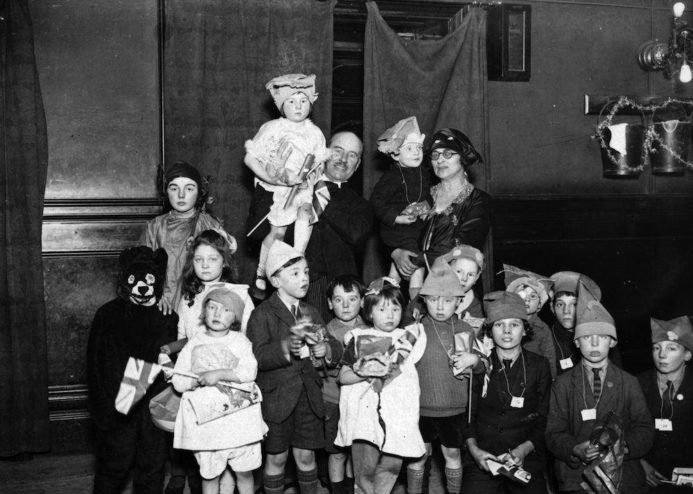 26th December 1925: Children enjoying themselves at a Christmas party at Fulham. (Photo by MacGregor/Topical Press Agency/Getty Images)