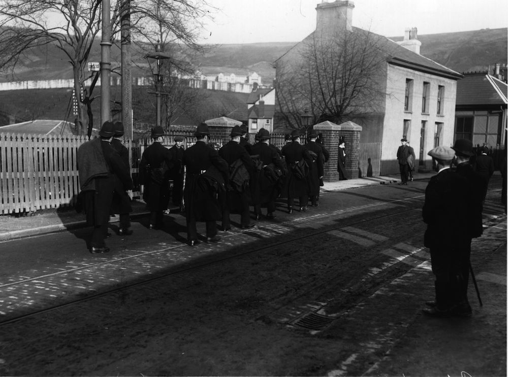 1st November 1910: A group of policemen, carrying their bedding, prepare for a long fight during the coal strike in Tony Pandy. (Photo by Hulton Archive/Getty Images)