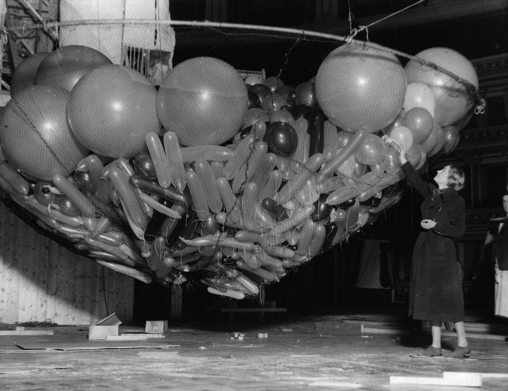 30th December 1933: One of the giant nets full of balloons waiting to be raised to the ceiling of the Albert Hall, London where the Chelsea Arts Ball will be held tomorrow night, New Year's Eve. (Photo by Fox Photos/Getty Images)
