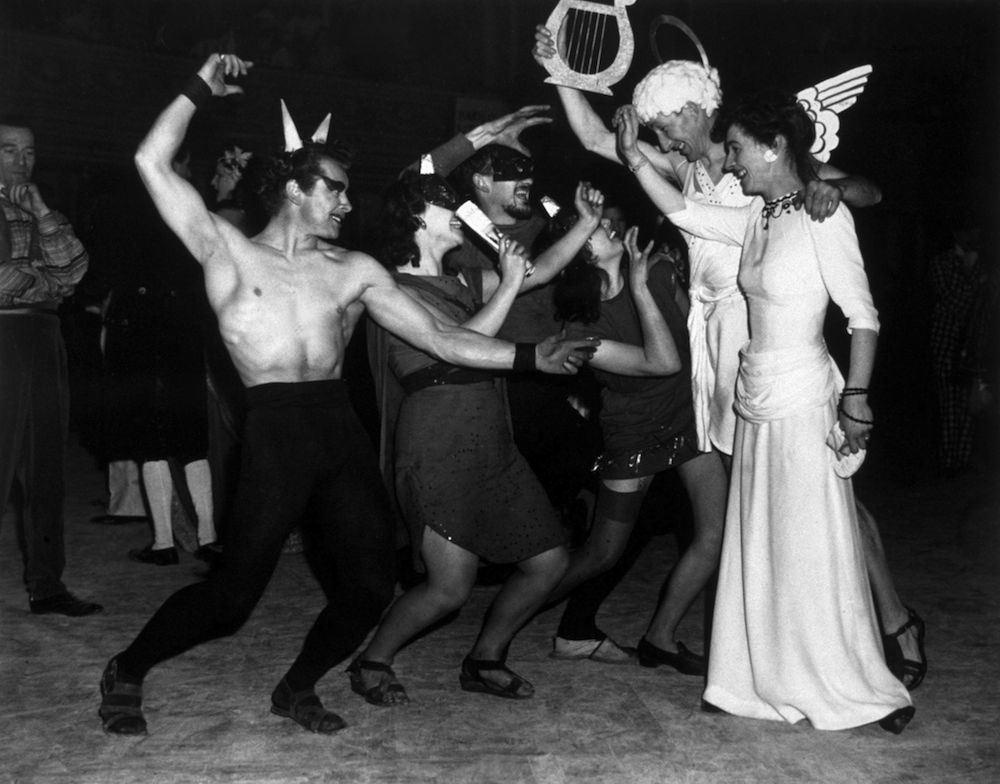 1947: The Royal College of Art performs their tableau, 'Dante's Inferno' at the Chelsea Arts Club annual New Year's Ball at the Royal Albert Hall, London. (Photo by Hulton Archive/Getty Images)
