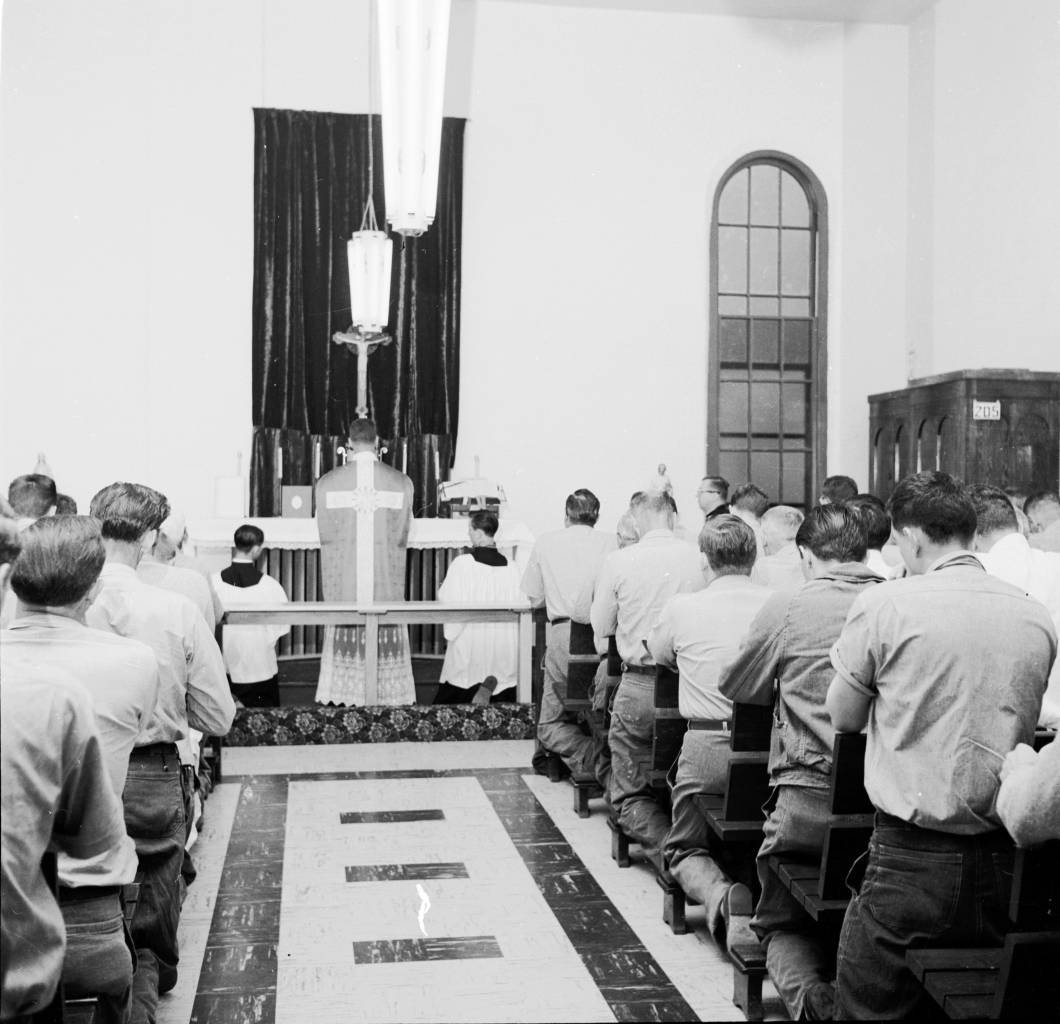 circa 1958: Prisoners in Fort Madison, Iowa State prison, attending Catholic Mass. (Photo by Nocella/Three Lions/Getty Images)