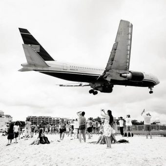 Incredible Photos Of Planes Passing Just Above People Sunbathing On Maho Beach