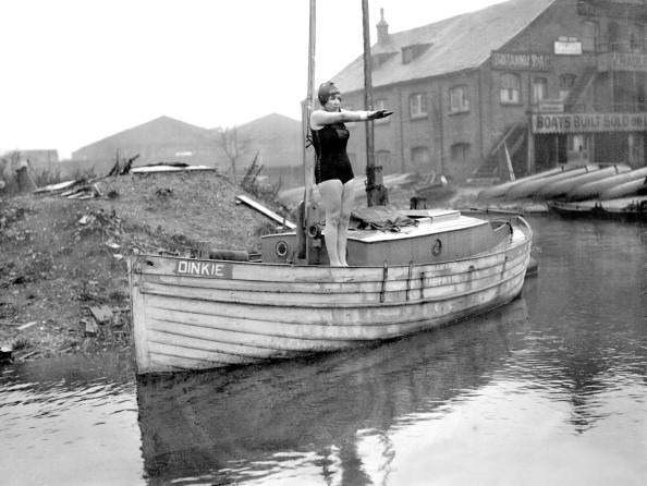 In water registering thirty-six degrees, Miss Agnes Nicks, the young London endurance swimmer, swam from Tottenham Bridge to London Bridge in the river on Boxing Day. Six other girls refused to enter the water because of the wintery conditions. (Photo by Planet News Archive/SSPL/Getty Images)