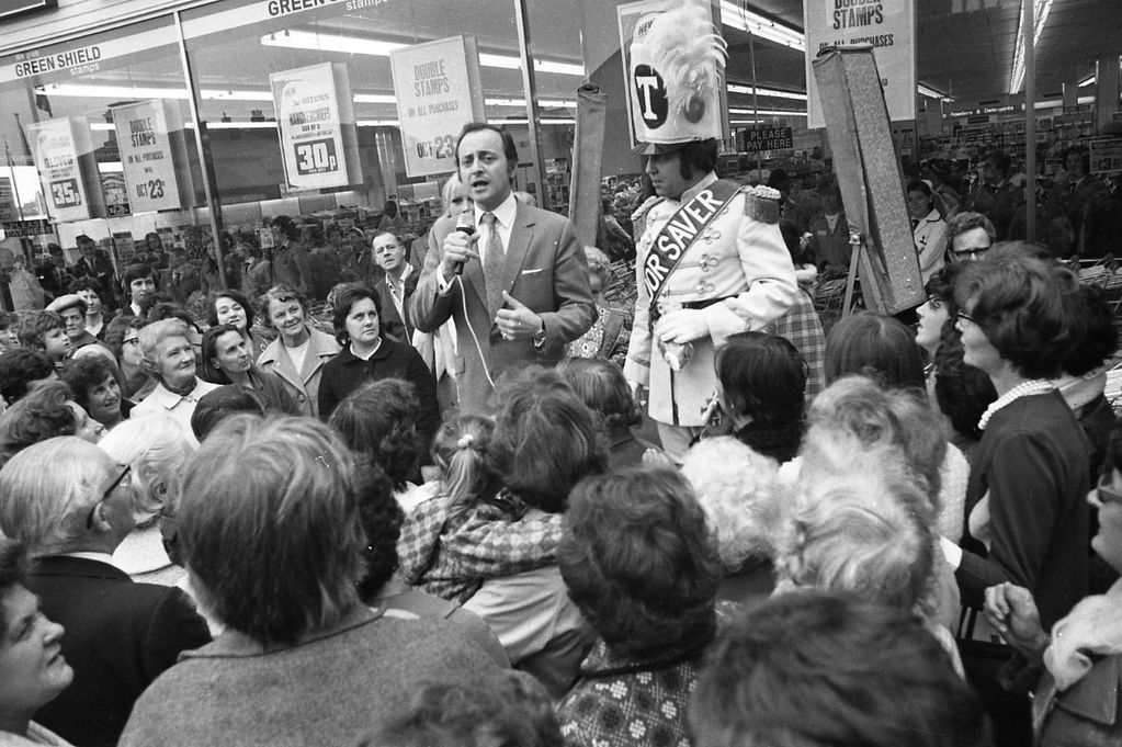 David Jacobs opens Reading Tesco in 1971