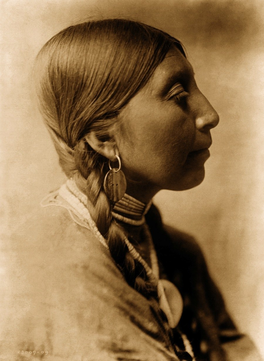 Edward_S._Curtis,_Young_Wishham_woman,_ca._1910