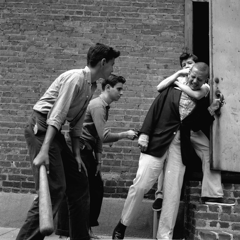 circa 1955: A teenage street gang carry out a mugging in a deserted alley in New York City. (Photo by Carl Purcell/Three Lions/Getty Images)