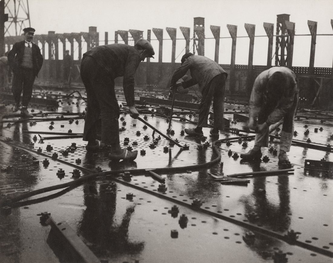 Construction of large ships, Riveting plates of a ship's deck, yard and workshops in Saint-Nazaire Penhoët 1931-1932