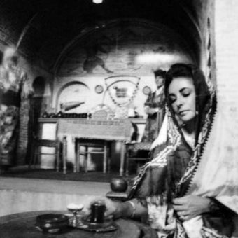 Stunning Photos Of Elizabeth Taylor In Iran 1976